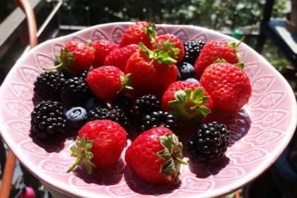La merenda di stagione con fragole, mirtilli e more!